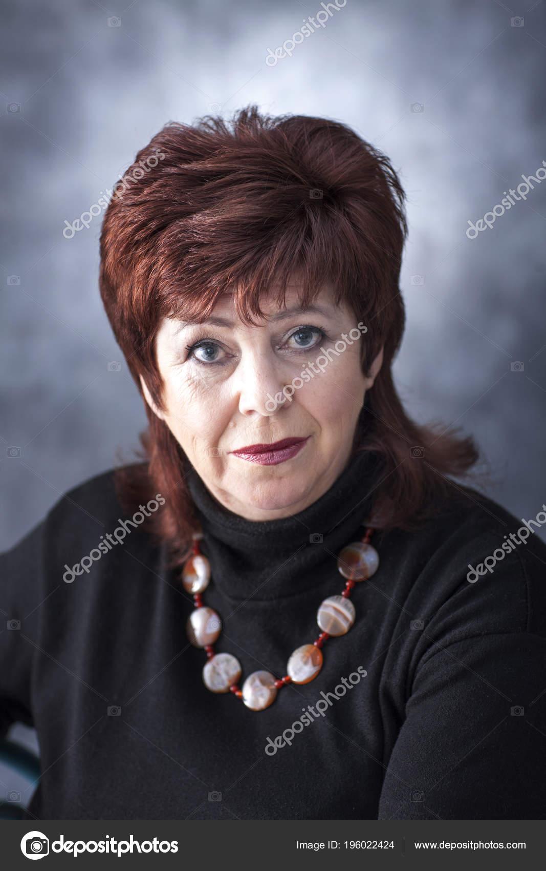 Dikke Zwarte Trui.Portret Van Een Dikke Vrouw Een Zwarte Trui Met Een Stockfoto