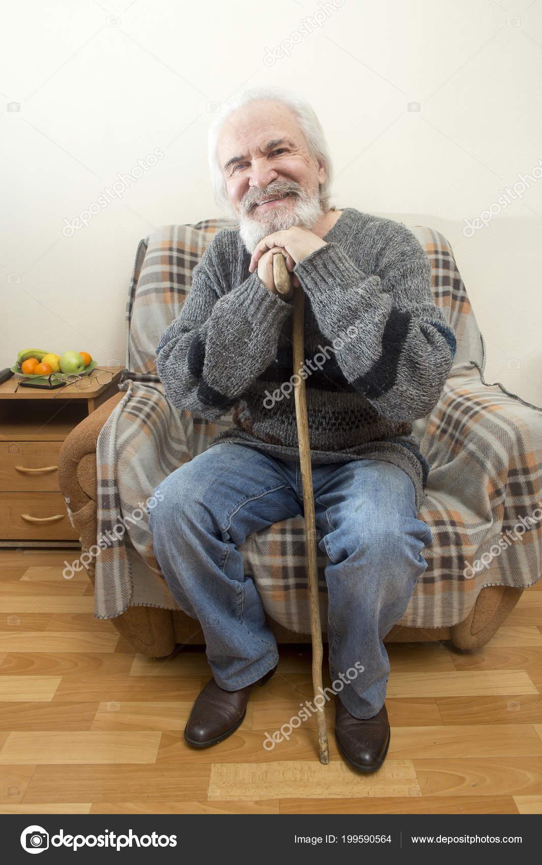 Nonno In Poltrona.Nonno Solo Carismatico Non Scoraggiato Siede Poltrona Casa