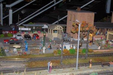 Demiryolu, trenler, raylar ve tren istasyonu düzeni, demiryolu işçilerinin yaşam minyatür sahneleri gece sahnesi.
