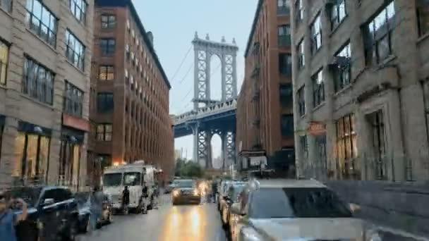 Kultovní pohled severním konci Brooklyn Bridge Park nabízí malebný výhled na Manhattan Bridge. Dumbo, Brooklyn, New York, Usa. Června, 2018