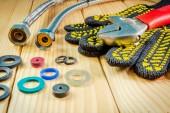 Handwerkzeuge für Sanitär und Teile auf Holzuntergrund mit Platz für Werbung.