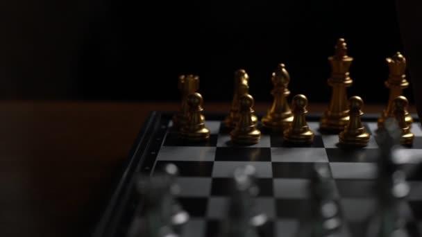 Nahaufnahme Mann bewegt Schachbauern besiegen Feind auf Schachbrett Sieger und Sieg Konzept, Strategieplanung Geschäft Zeitlupe