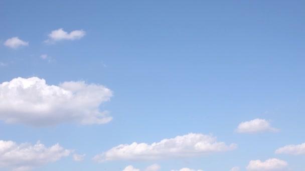 záběry oblohy s pohybujícími se mraky s kopírovacím prostorem