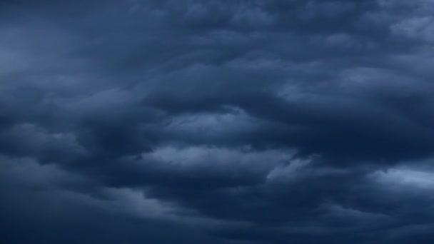 záběry z bouřlivé nebe s pohyblivými mraky s kopií prostor