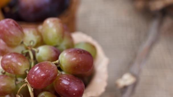Friss érett szőlő a konyhaasztalon