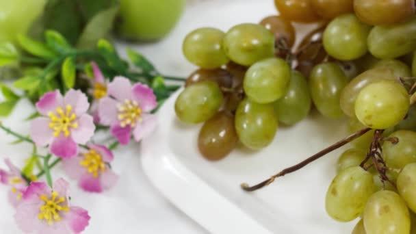 Čerstvé zralé ovoce na kuchyňském stole