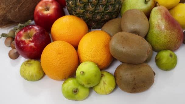 zavřít pohled na čerstvé zralé ovoce na stole