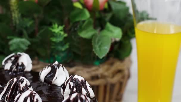 Detailní pohled na sladký čokoládový dort na kuchyňském stole