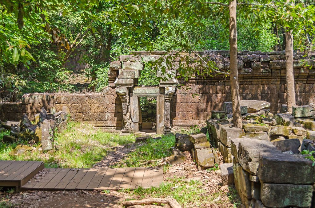 Destroyed wall with the corbel arch above the gate of Phimeanakas or Vimeanakas, a Hindu temple located inside the walled enclosure of the Royal Palace of Angkor Thom at Angkor, Cambodia.