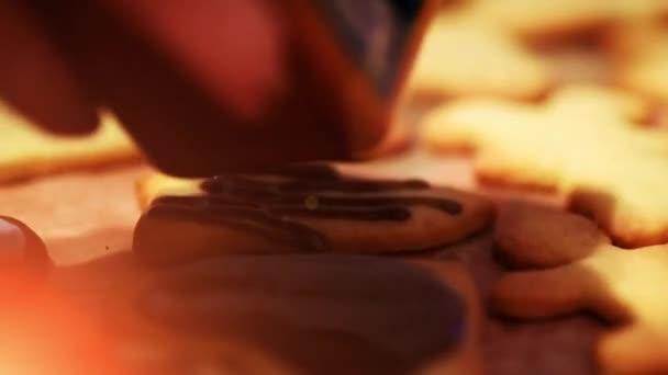 Přidání čokoláda do čerstvě pečené vánoční cukroví