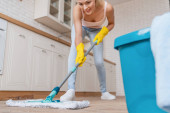 Čistící koncept. Detail mladé ženy mytí podlahy v kuchyni