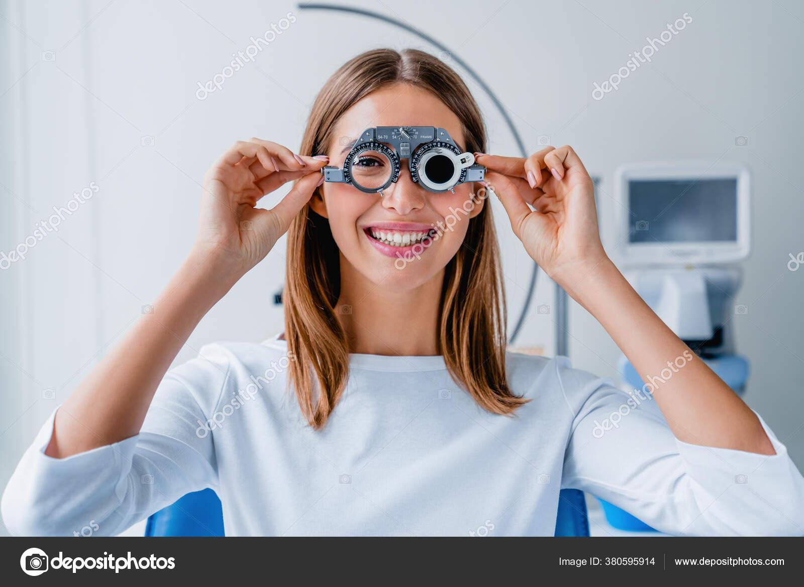 lány ellenőrzi a látást