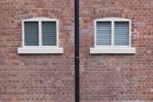 ablak és téglafal régi épület