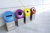 Různé barevné koše k inkasu recyklace materiálů