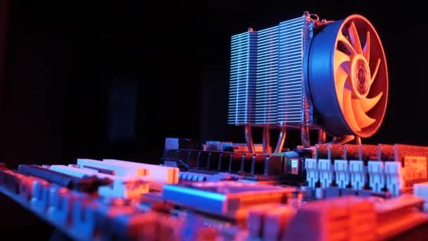 közeli fel egy forgó processzor CPU ventillátor telepítve az alaplap fekete háttér