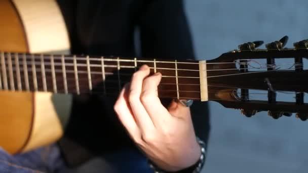 zblízka na kytarové struny a prsteny, kytarista hrající Flamenco Music