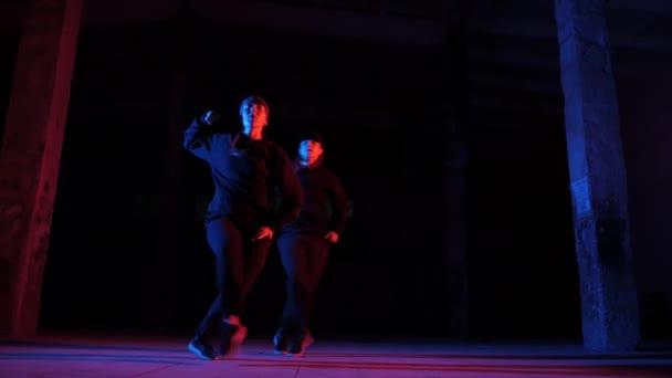 duetto di ragazze che ballano hip hop, balli di strada in uno studio, isolato