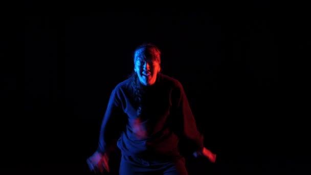 Fiatal gyönyörű lány tánc hip-hop, freestyle, streetdance a stúdióban fekete háttér, elszigetelt