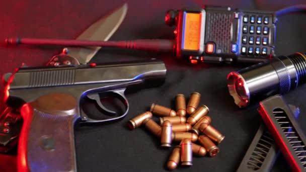 Makarov-pisztoly és golyó, a rádió zseblámpa a fekete backround
