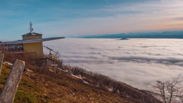 4 k kvalitní záběry. Krásný oceán mraků se pohybuje kolem vrcholky pohoří. Vyhlídku nad mraky, nad oblohu. Na obzoru je kavkazský hřeben a nejvyšší hora Evropy - Elbrus! Mraky se pohybovat velice rychle.