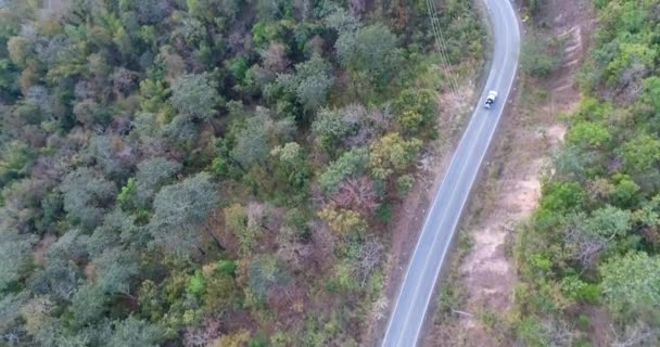 Letecký snímek auto přes lesní cesta Drone cestování krajinou dobrodružství strom zpomalené podzimní příroda malebné sluneční světlo