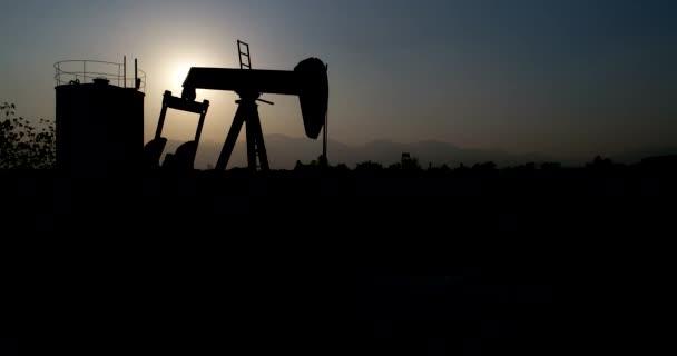 Presa della pompa di olio industriale pompare petrolio greggio per combustibili fossili di energia con perforazione nel giacimento di petrolio.