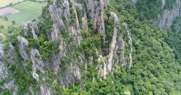 Letecký pohled na letící nad hora v Thajsku