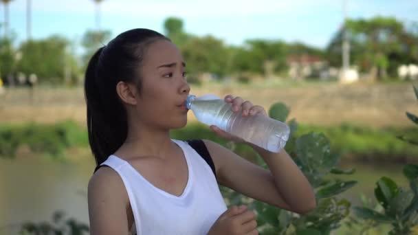 mladá žena pitná voda po cvičení