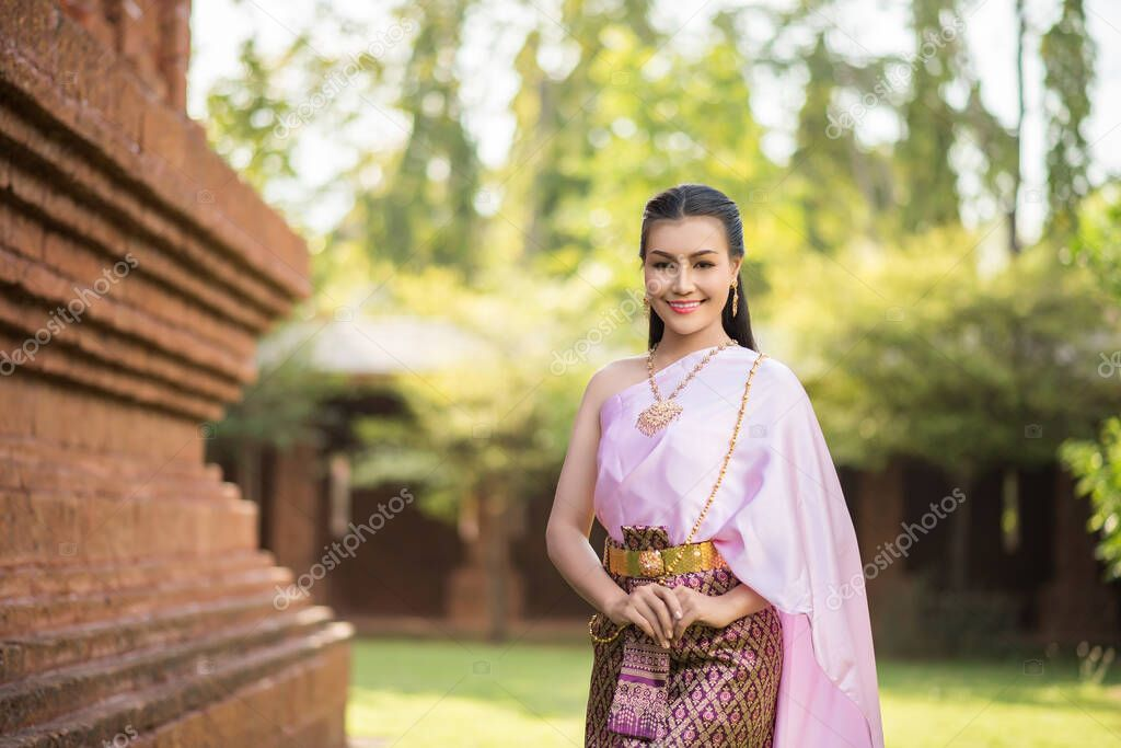 https://st4.depositphotos.com/2268545/38557/i/950/depositphotos_385577340-stock-photo-beautiful-woman-wearing-typical-thai.jpg