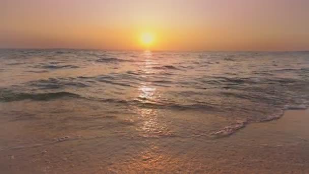 Dawn klid vlny klidné vodě / Ukrajina krajiny divočině