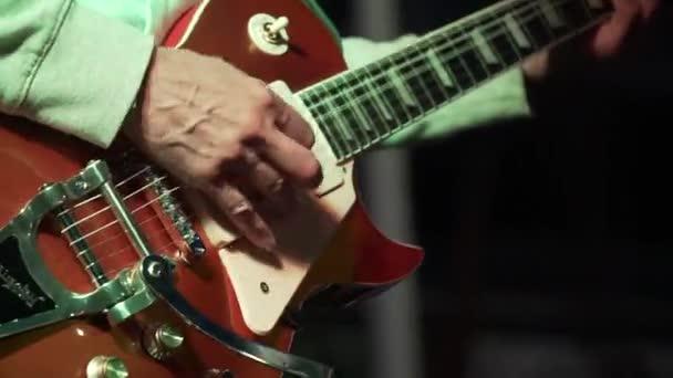férfi gitározni kezek közelről