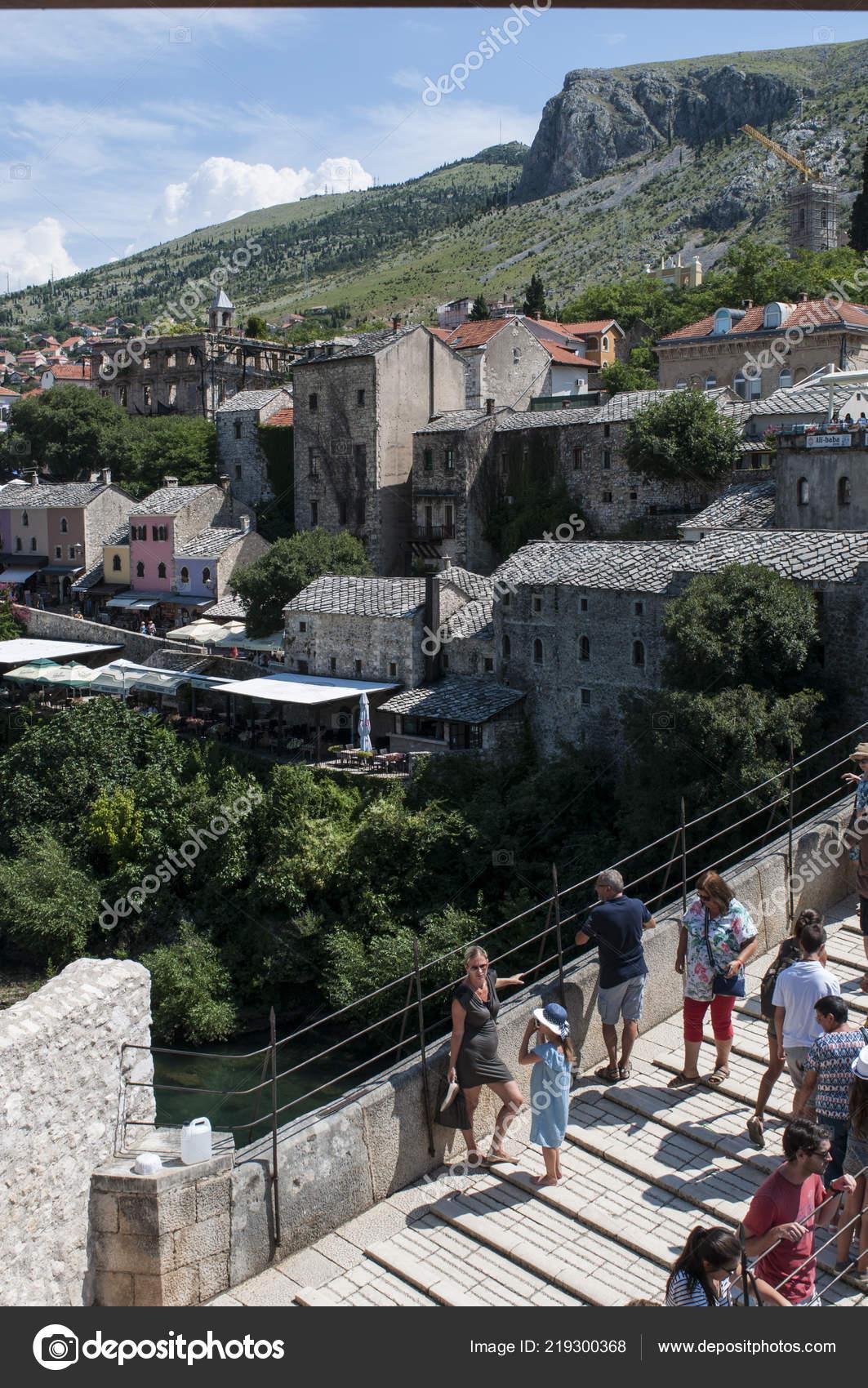 Mostar 2018 Personas Stari Most Otomano Del Siglo Xvi Puente