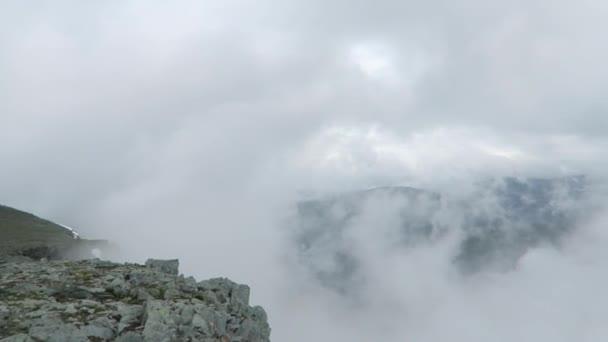 Mlha v nounains. Pohled z horní části horského hřebene. Altajské hory krajina. Mlhavo parkovistě