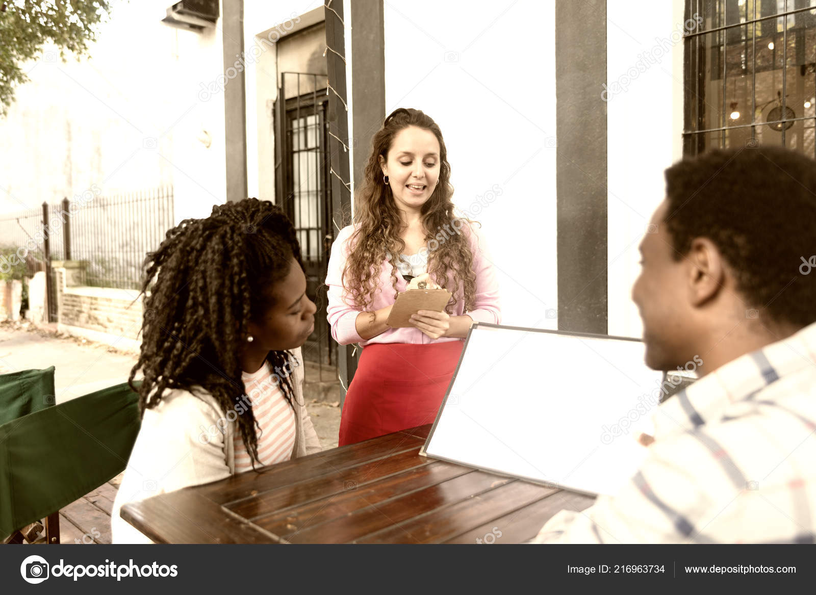 e1864774eb2980 Paar Jungen Afrikanischen Freunde Der Kellnerin Kaffee Bäckerei Shop  Bestellen — Stockfoto