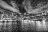 Skyline of Manhattan és Brooklyn híd, éjszakai nézet.