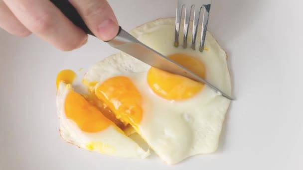Reggeli - tükörtojás fehér tányéron.