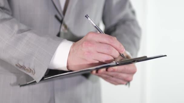 Kaufmann Manager Prüfung und Unterzeichnung Bewerber Ausfüllen von Dokumenten Berichte Papiere Firma Antragsformular oder Registrierung Anspruch auf Schreibtisch Büro.