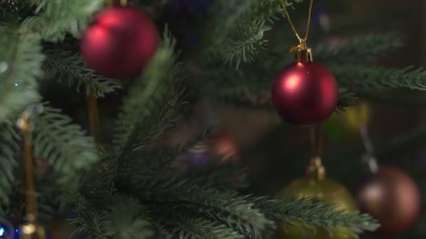 Vánoční stromek. Krásné hračky na vánoční stromeček zblízka, prázdné pro návrháře nebo reklama na dekorace XMAS