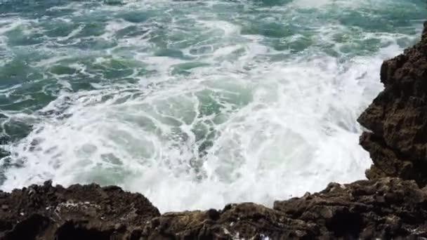 Hullámok az Atlanti-óceánra, a sziklák, a portugál tengerpart törés.