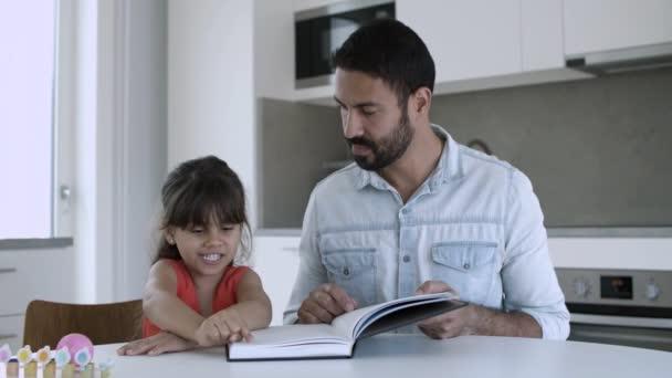 Táta pomáhal dceři naučit se číst