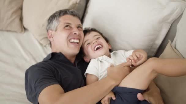 Radostný otec mazlí a lechtá smajlíka
