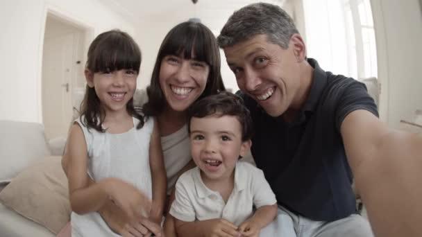 Šťastná rodina pomocí telefonu pro video hovor
