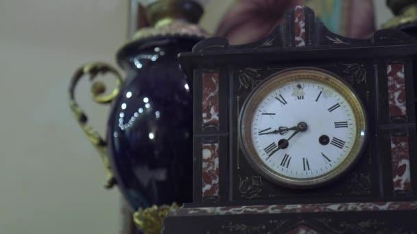 Antik, régi óra bolt és kancsó