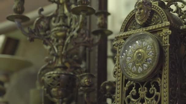 Antik üzlet régi arany óra díszek