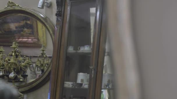 Negozio di antiquariato vecchio specchio con cornice oro