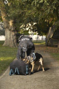 Polis köpeğiyle bilinmeyen tehlikeli olma olasılığı bulunan çanta Park kontrol