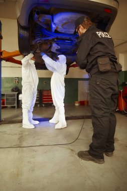 Cinayet soruşturması - toplama delilleri ve izleri polis garajında Uv ışık altında şüpheli aracın Şasi üzerinden