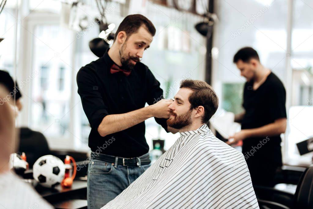 фото в чем одет парикмахер