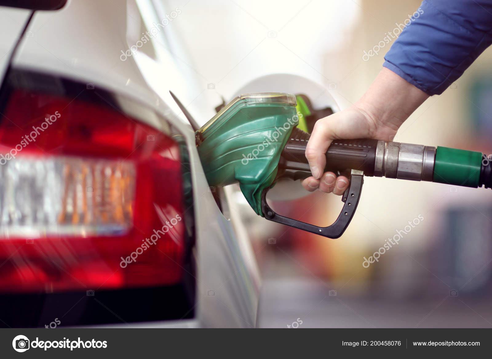 Resultado de imagem para imagens de bomba de gasolina abastecendo carro