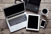 Fényképek Nyitott laptop-val fehér digitális tabletta és okostelefon a pult fölött elszigetelt képernyővel